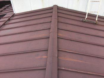 多少の錆は発生していましたが、数年ごとに塗装工事をされているご様子でしたので、築年数にしては手入れが行き届いている屋根でした。