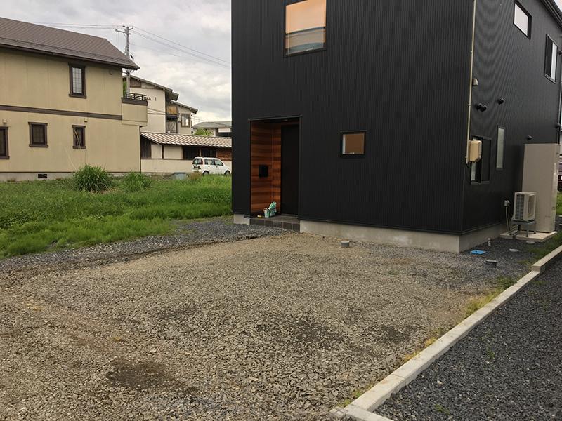 施工前は、かるく砂利が敷かれている状態でした。