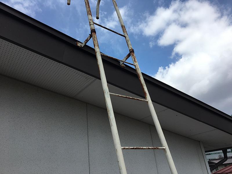屋根へ上るためのタラップ